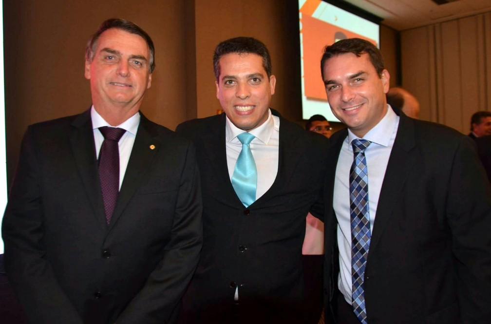 Rodrigo Amorim, o campeão de votos para a Alerj, entre Bolsonaro e Flávio — Foto: Reprodução/Facebook