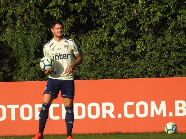 Alexandre Pato e outros atacantes treinaram finalizações no São Paulo — Foto: Marcelo Hazan
