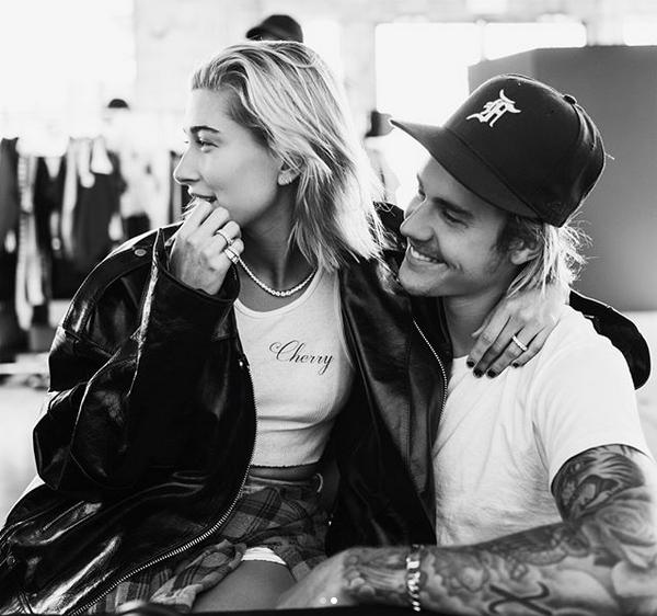 O cantor Justin Bieber com sua noiva, a modelo Hailey Baldwin, e o anel de noivado dado por ele (Foto: Instagram)