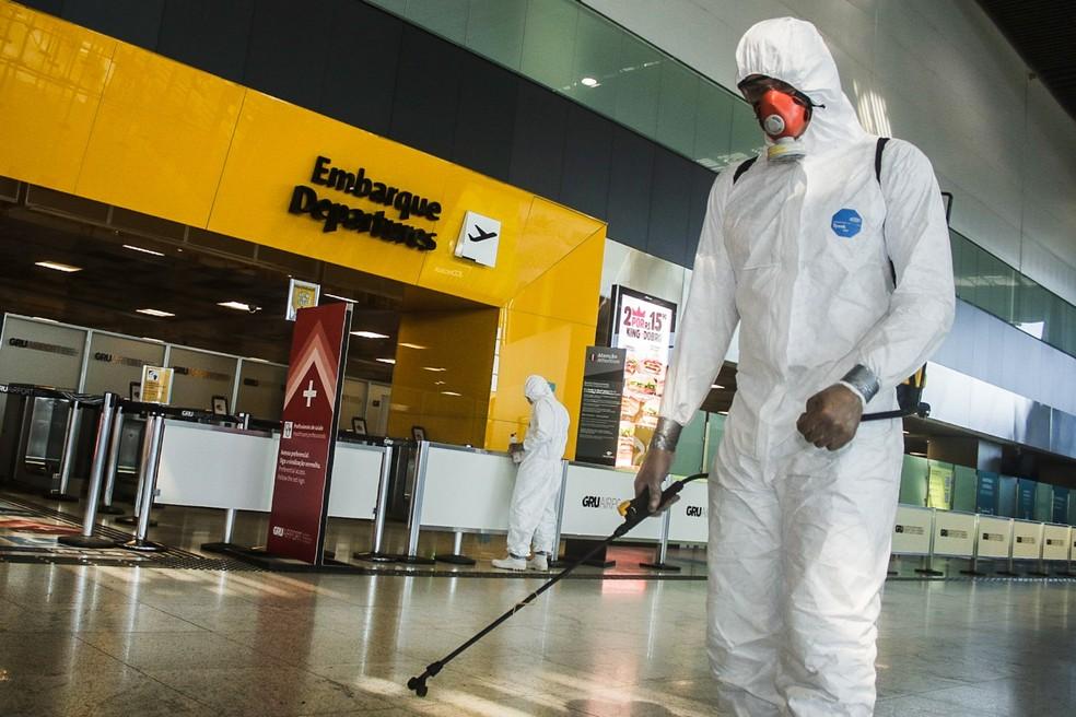Militares do Exército realizam a desinfecção contra o coronavírus no Terminal 3 do Aeroporto Internacional de São Paulo, em Guarulhos, em foto de julho — Foto: Fepesil/TheNews2/Estadão Conteúdo