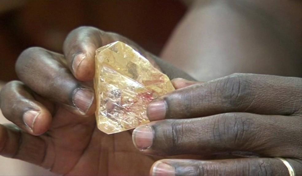 Pastor encontrou diamante de mais de 700 quilates em Serra Leoa (Foto: SLBC via AP)