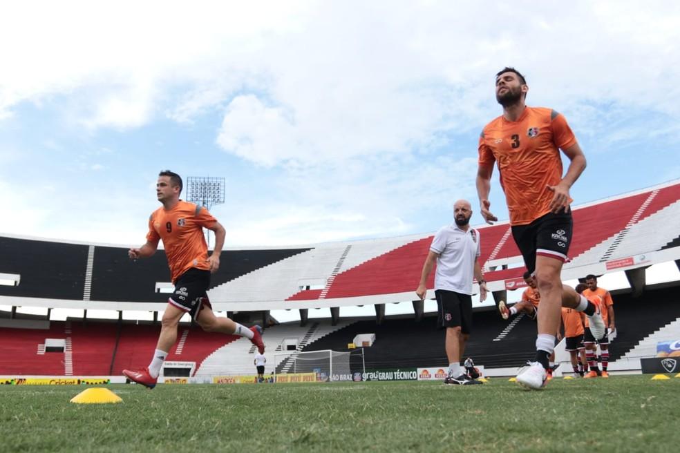 Carlos Gamarra (de branco) comanda aquecimento dos jogadores — Foto: Rafael Melo/Santa Cruz