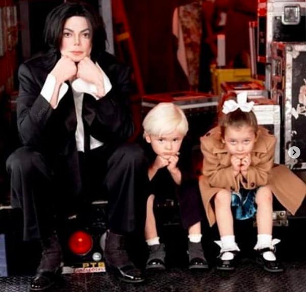 Michael Jackson (1958-2009) com os filhos mais velhos, Paris e Prince (Foto: Instagram)