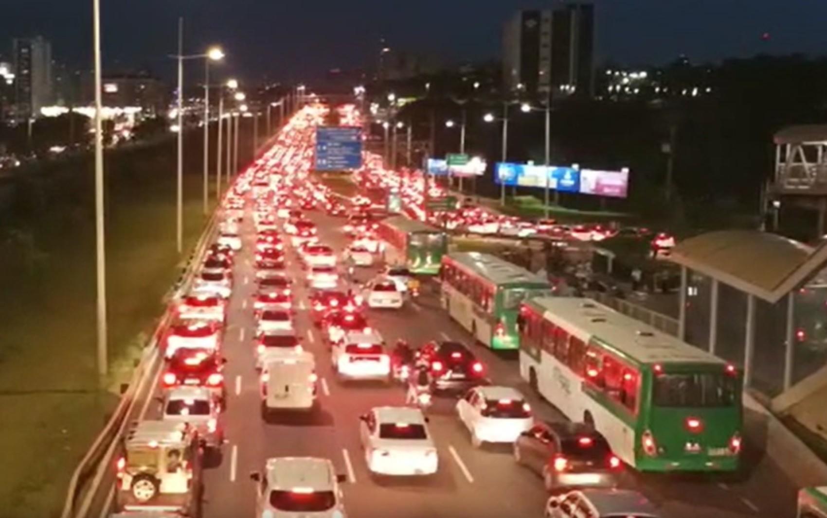 Motociclistas protestam contra aumento do preço do combustível em Salvador e trânsito fica congestionado