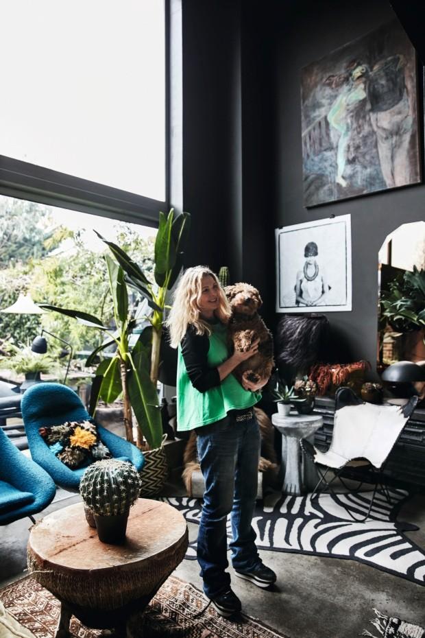 Nesta casa as paredes são pretas, mas o clima não é nada sombrio (Foto: Birgitta Wolfgang)