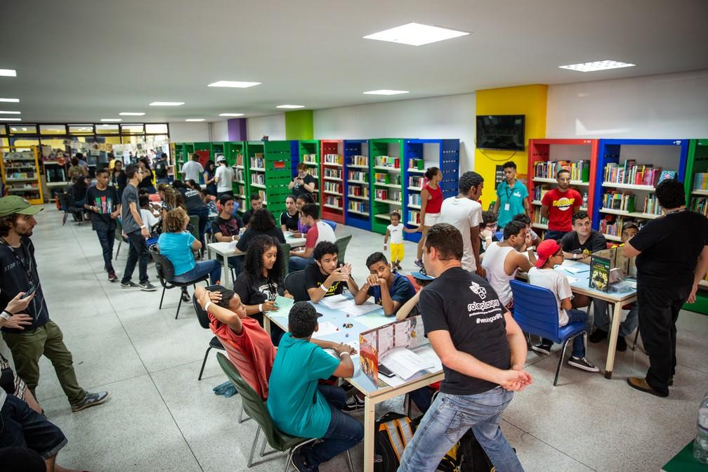 Grupos jogam RPG em espaço de games da PerifaCon — Foto: Fábio Tito/G1