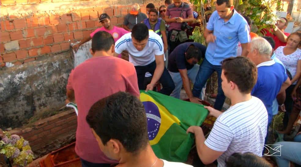 Enterro de Gabriel foi marcado por muita tristeza e indignação em Caxias — Foto: Reprodução/TV Mirante