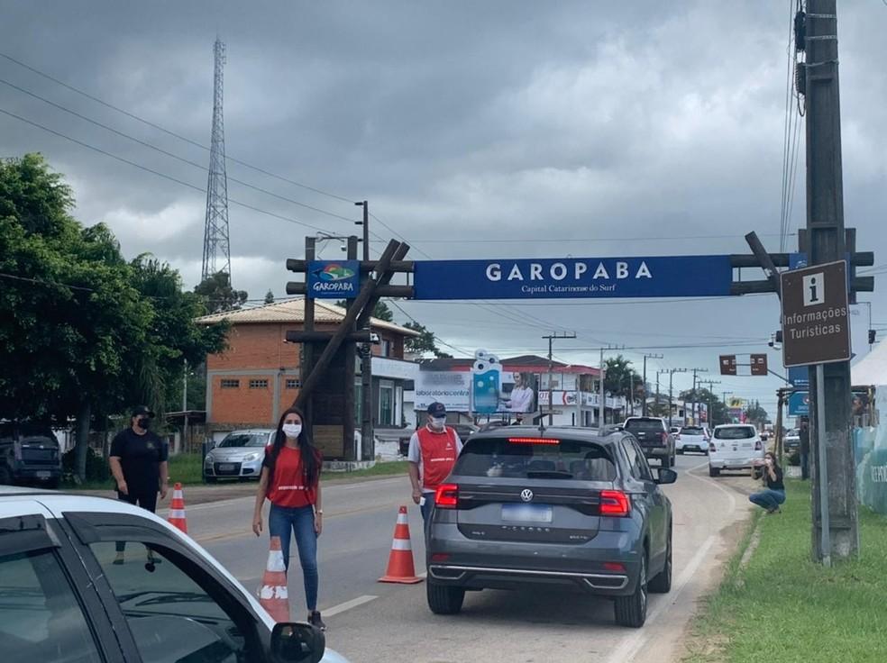 Em Garopaba, moradores e turistas passam por barreira sanitária  — Foto: Prefeitura de Garopaba/Divulgação