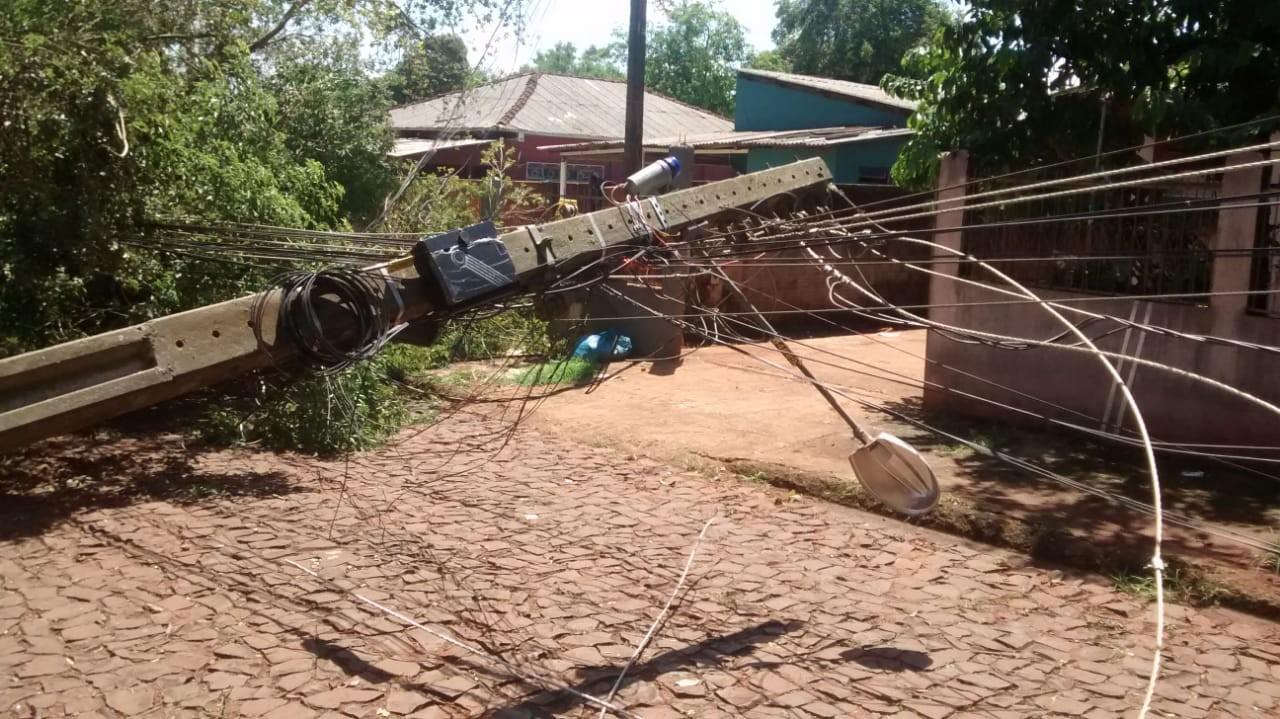 Ventos que passaram de 65 km por hora derrubaram árvores e postes em Foz do Iguaçu