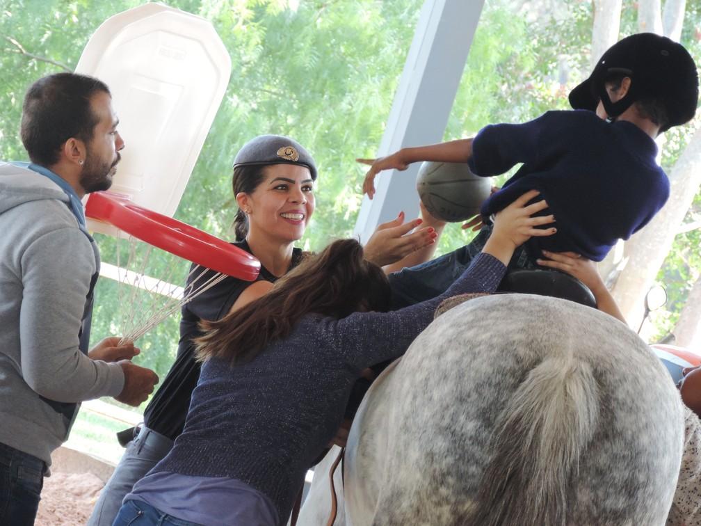 Programa de equoterapia auxilia no desenvolvimento de pessoas com qualquer lesão neurológica — Foto: Stephanie Fonseca/G1