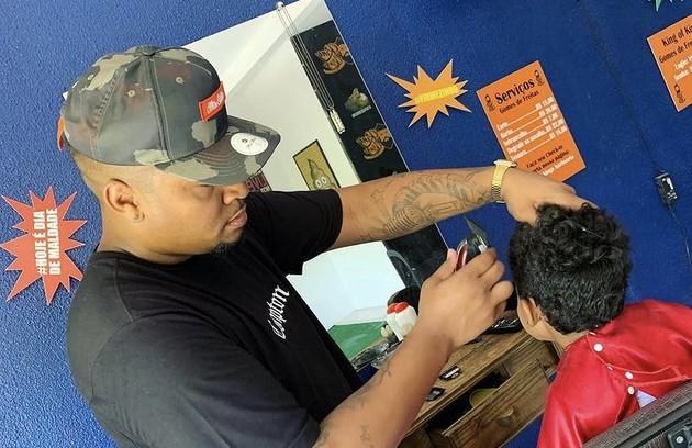 Nego Di afirma ter começado a trabalhar aos 12 anos e conta ter tido mais de 25 empregos, entre taxista, garçom, cozinheiro e barbeiro (Foto: Reprodução)