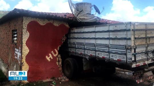Caminhão sem freio invade bar e deixa feridos em Traipu, Alagoas
