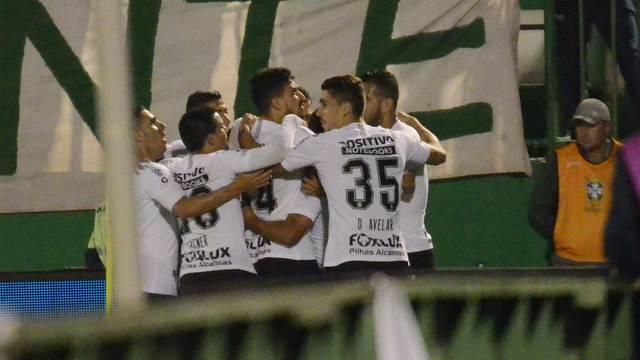 Corintianos comemoram vitória em Chapecó 3429cdb92fe35
