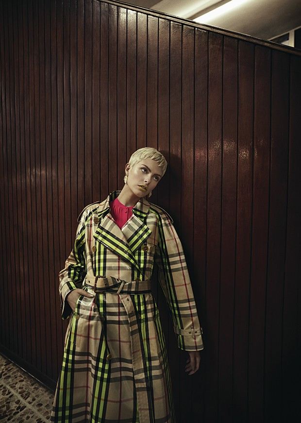 Casaco Tufi Duek,  R$ 2.060. Vestido Givenchy à venda na NK Store, R$ 10.890. Calça Modem à venda na Pinga, R$ 645 (Foto: Gustavo Zylbersztajn (SD MGMT))