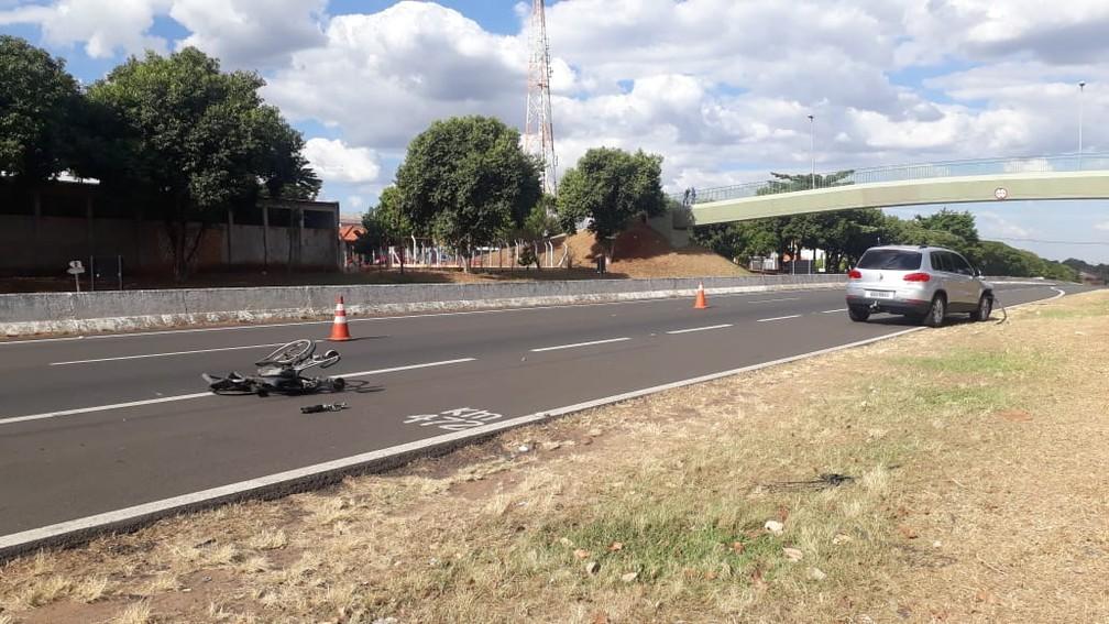 Mãe e filha cadeirante tentavam atravessar a rodovia em Oriente (SP) quando foram atingidas pelo carro (Foto: Romeu Neto/TV TEM)