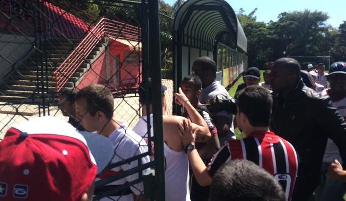 Wesley sofre com protesto da torcida do São Paulo (Foto: Marcelo Hazan)