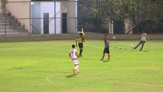 Irritado com falha, técnico dá bicão após goleiro se atrapalhar com bola e cometer pênalti; veja
