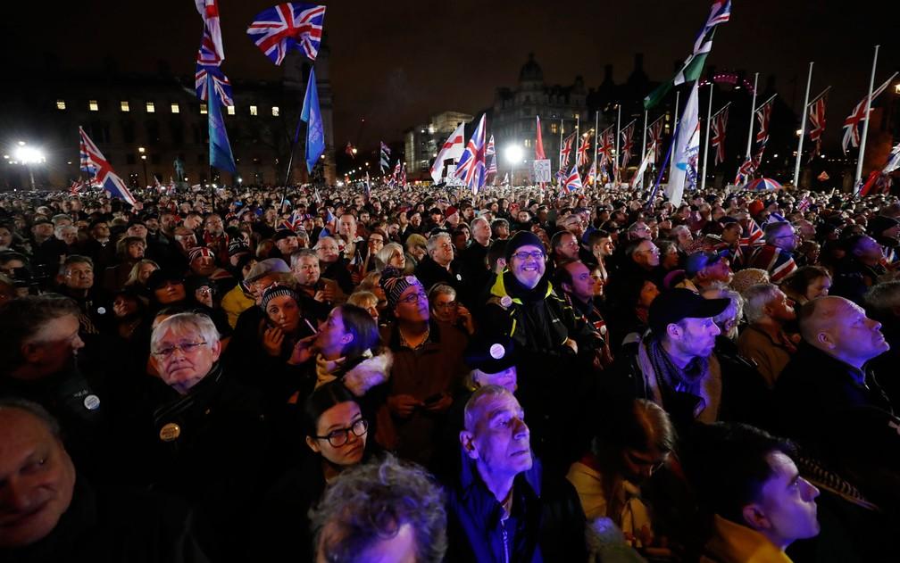 Apoiadores do Brexit se reúnem para comemorar a saída da União Europeia, em Londres, na sexta-feira (31) — Foto: AP Photo/Frank Augstein