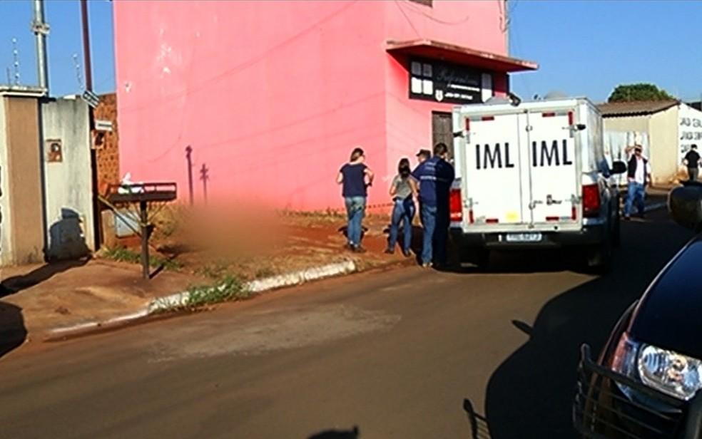 Corpo de jovem com marcas de pancada na cabeça foi encontrado dentro de lote (Foto: TV Anhanguera/Reprodução)