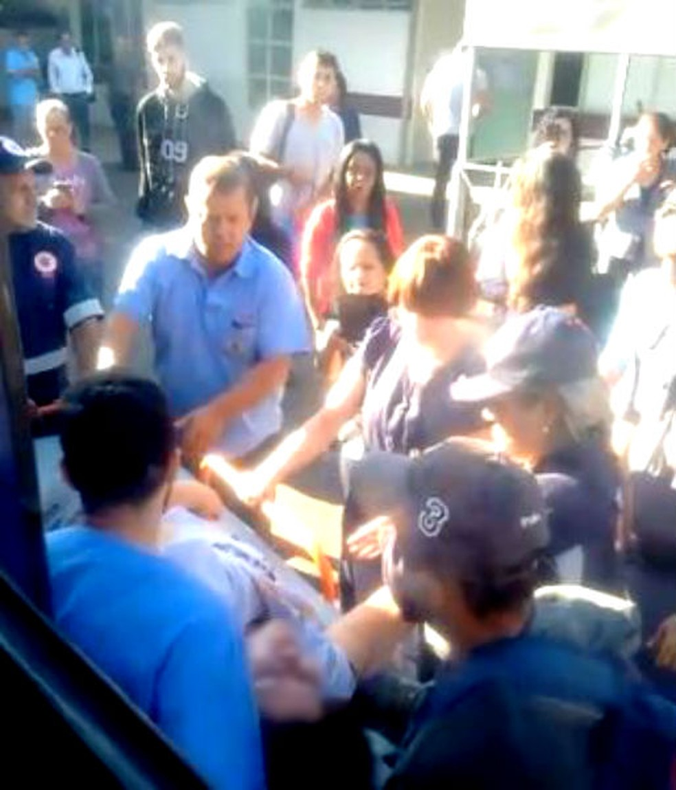 Já no pátio do Pronto-Socorro Central, mulher foi retirada do ônibus numa maca por socorristas da unidade — Foto: Arquivo pessoal
