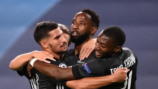 Dembélé saiu do banco e marcou dois gols para o Lyon