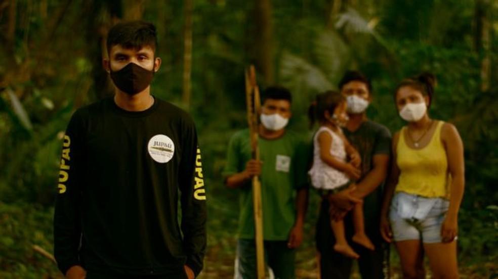 Terra Indígena Uru Eu Wau Wau é uma das áreas protegidas que tiveram pedaços anunciados ilegalmente no Facebook; líder Bitaté (à esq.) cobrou providências. — Foto: BBC