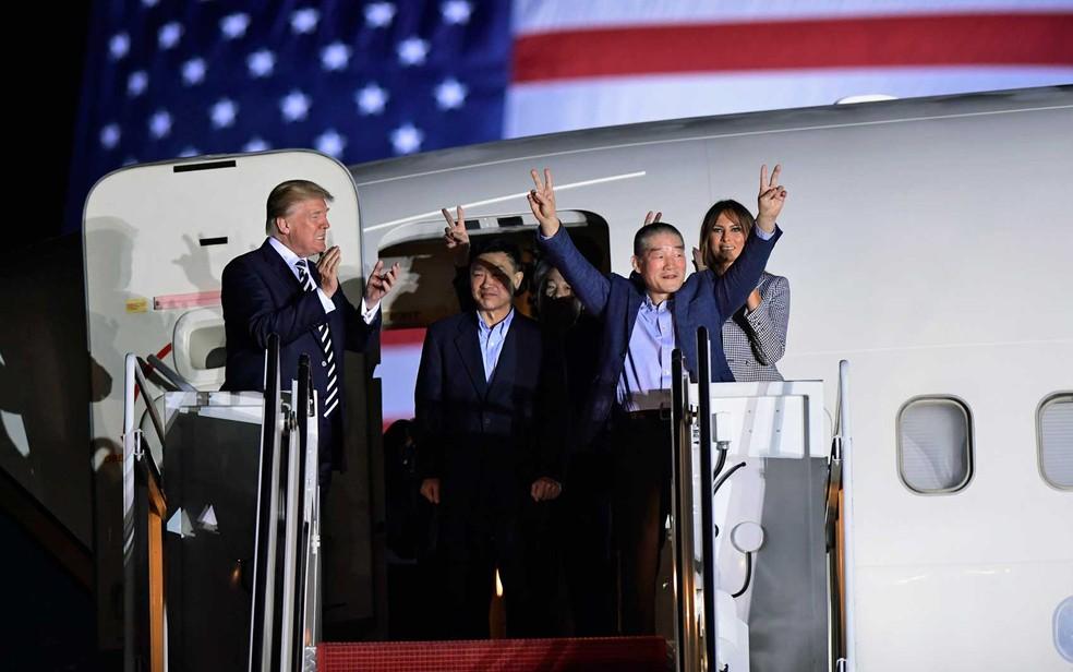 Donald Trump e Melania recepcionaram Tony Kim, Kim Hak-song e Kim Dong-chul na porta do avião (Foto: Susan Walsh / AP Photo)