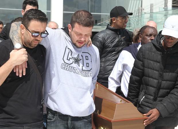 Emocionado, Bruno carrega o caixão do pai, Franco Scornavacca (Foto: Amauri Nehn/Brazil News)