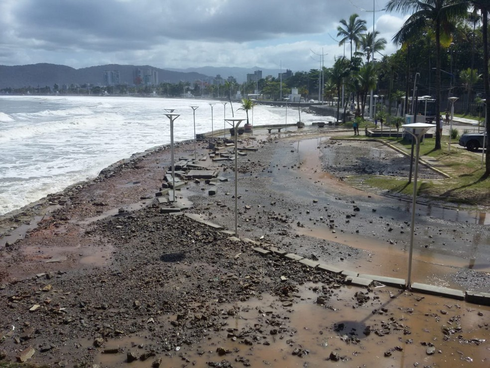 Mar invadiu o Canto do Tortuga, na Enseada, em Guarujá (SP) — Foto: G1 Santos