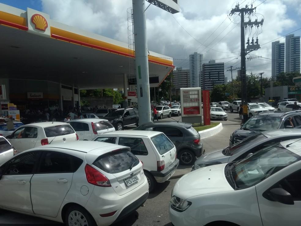 Motoristas lotam posto reabastecido na Avenida Rui Barbosa, no Recife, em busca de combustível (Foto: Pedro Alves/G1)