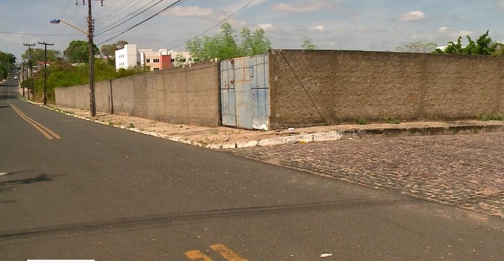 Jovens foram atropeladas e arremessadas contra muro na Zona Leste de Teresina.  — Foto: Reprodução/TV Clube