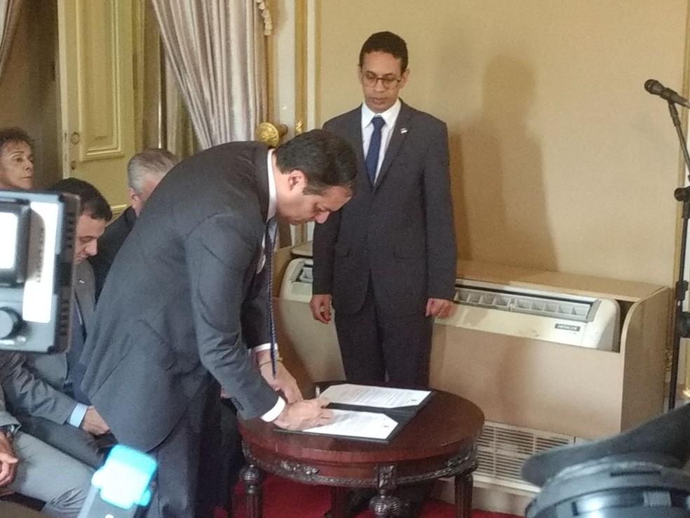Governador Paulo Câmara assina os três projetos que serão encaminhados para a Alepe (Foto: Pedro Alves/G1)