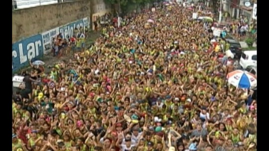 Bloco de aparelhagens leva milhares de foliões às ruas de Belém