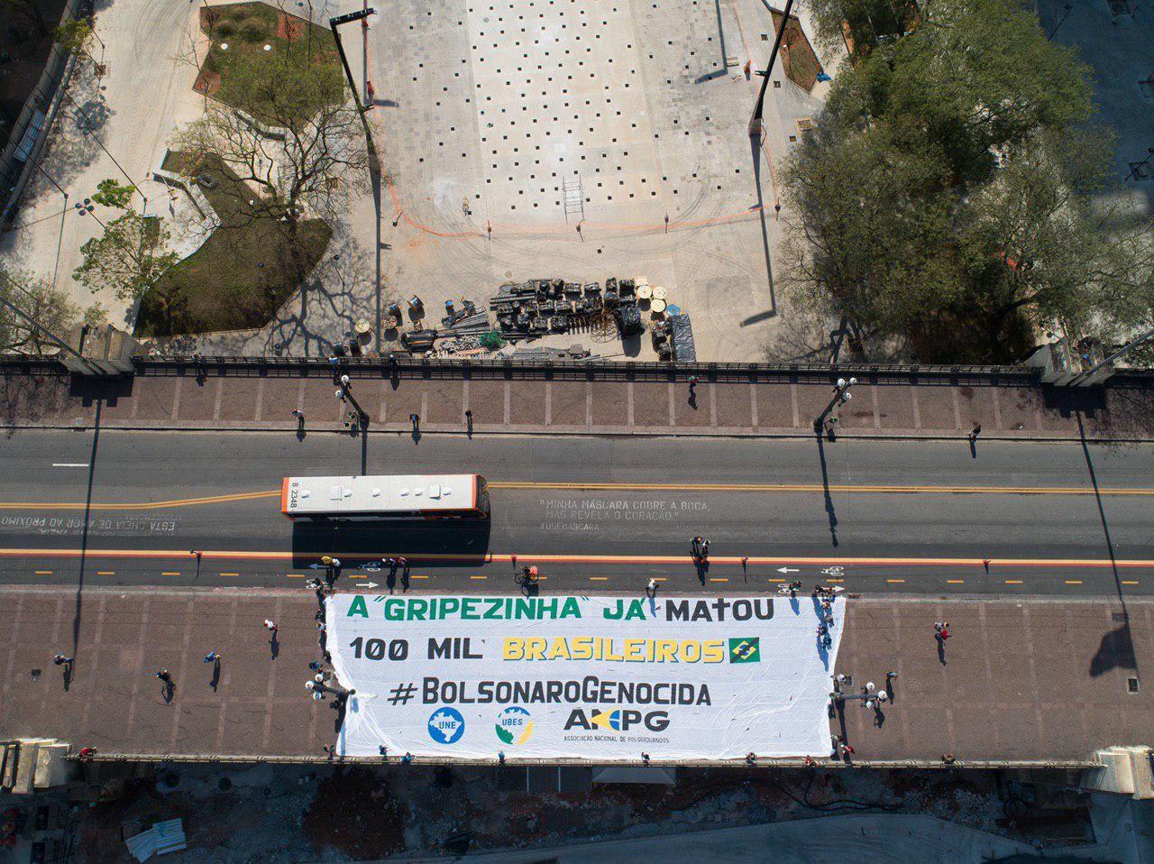 Viaduto do Chá em SP ganha faixa de protesto por marca de 100 mil brasileiros mortos pela Covid-19