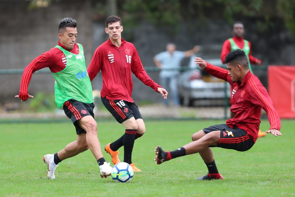 Fernando Uribe tem treinado entre os titulares de Maurício Barbieri  (Foto: Gilvan de Souza)