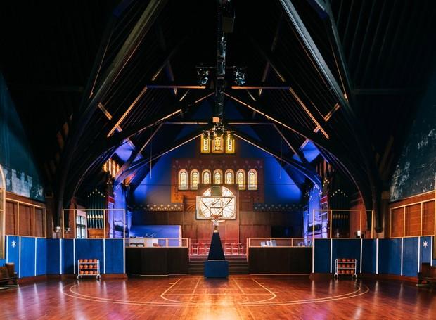 O espaço da igreja foi renovado para abrigar uma quadra de basquete (Foto: Reprodução/ The Source)