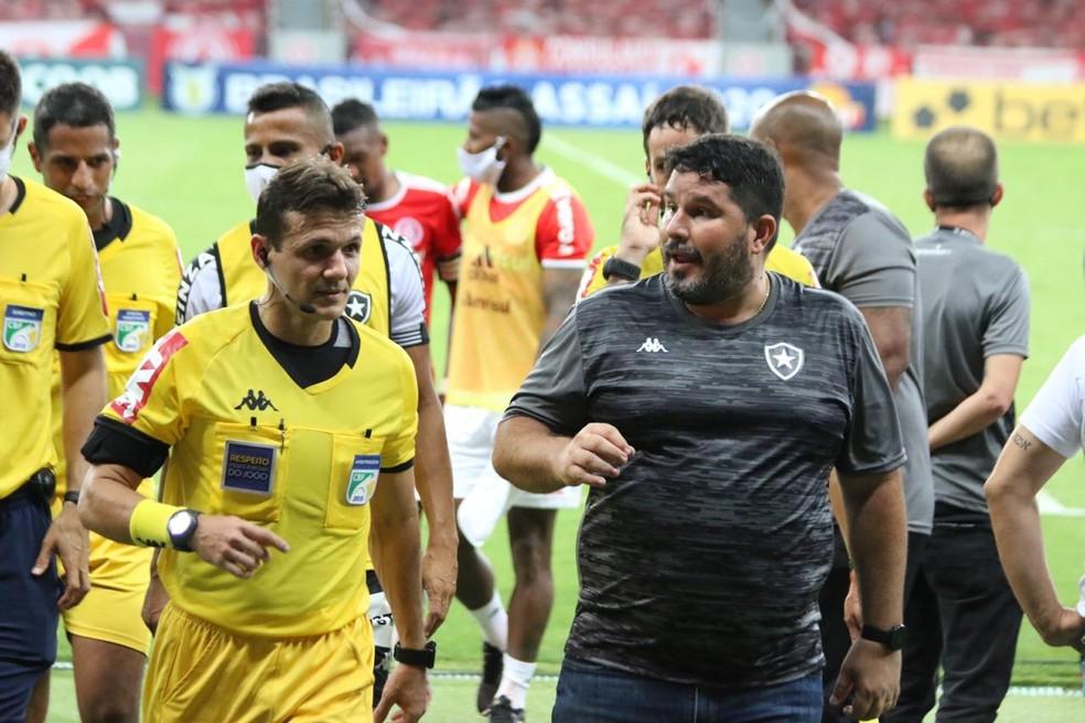 Eduardo Barroca reclama com o árbitro — Foto: Eduardo Deconto/ge
