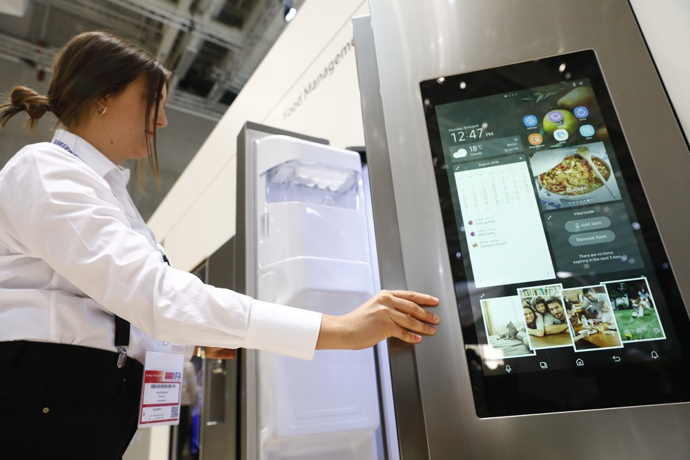 BERLIN, GERMANY - AUGUST 30: Visitors look at the Samsung Home appliance smart Fridge at the 2018 IFA consumer electronics and home appliances trade fair during the fair's press day on August 30, 2018 in Berlin, Germany. IFA, Europe's biggest tech trade f (Foto: Getty Images)