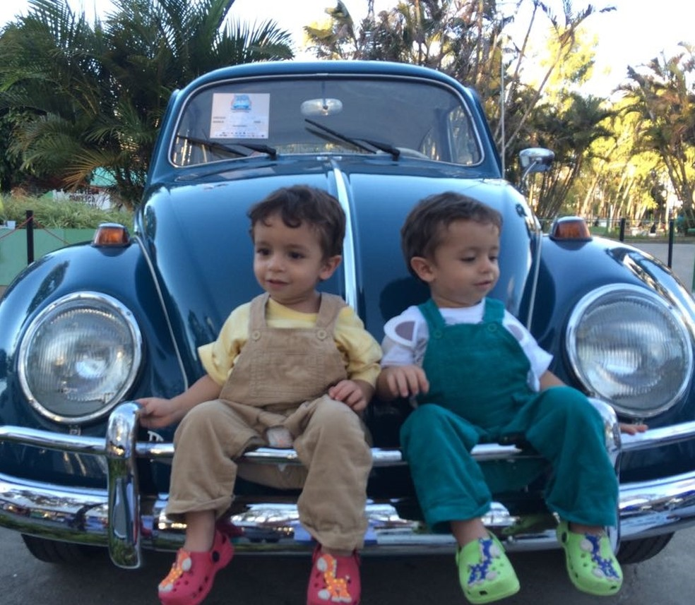 Filhos de Felipe Brasileiro, Yan e Allan, com o 'Fusca Azul' (Foto: Felipe Brasileiro/Arquivo Pessoal)