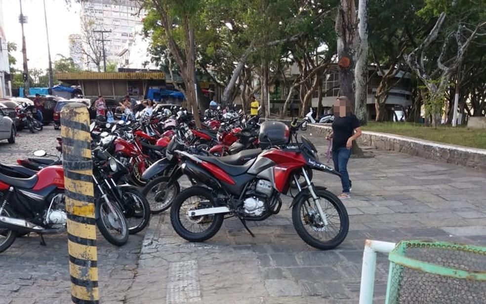 Operação Limpa Cidade foi deflagrada para combater estacionamento irregular em praças e calçadas de Campina Grande (Foto: Astrogildo Pereira/STTP)