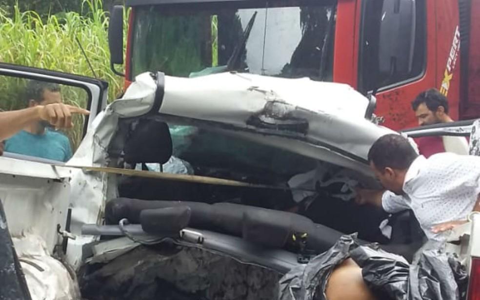 Acidente entre caminhonete e caminhão mata homem e deixa outra pessoa ferida na BR-101 — Foto: Reprodução/Redes Sociais