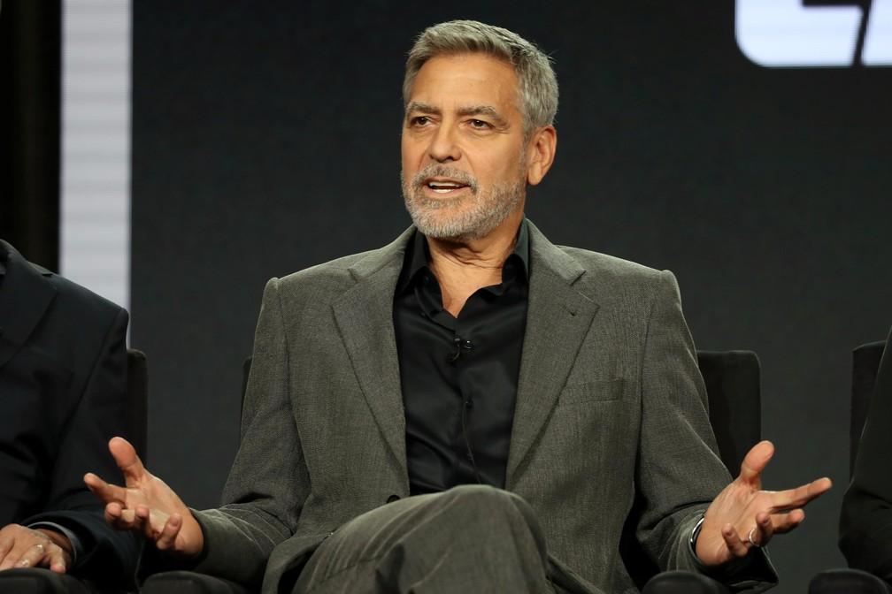 """Geroge Clooney fala durante lançamento da série """"Ardil 22"""" — Foto: REUTERS/Lucy Nicholson"""
