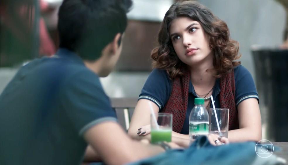 Samantha (Giovanna Grigio) pergunta se Guto (Bruno Gadiol) é gay em 'Malhação - Viva a Diferença' — Foto: Globo