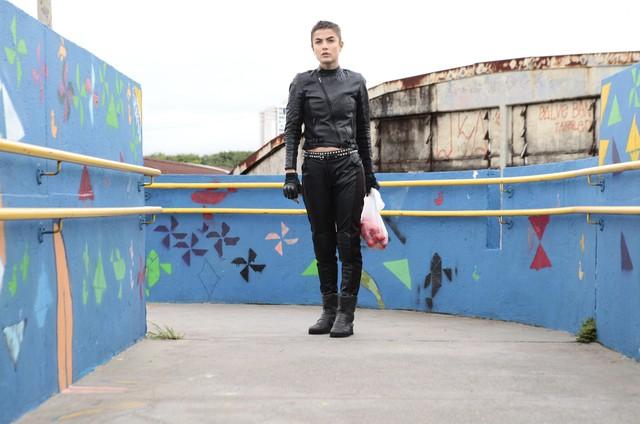 Maria Casadevall em 'A garota da moto' (Foto: Divulgação)