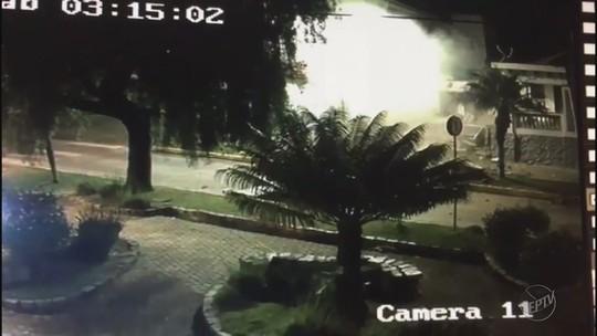 Imagens mostram agência bancária sendo explodida em Camanducaia, MG