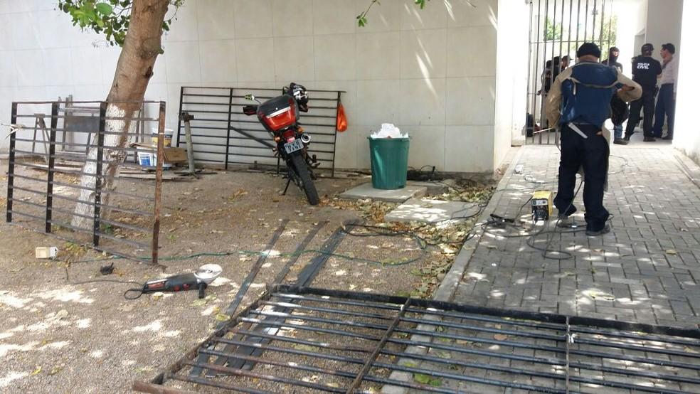 Presos serraram as grades e fugiram do Code (Foto: Simpol/Divulgação)