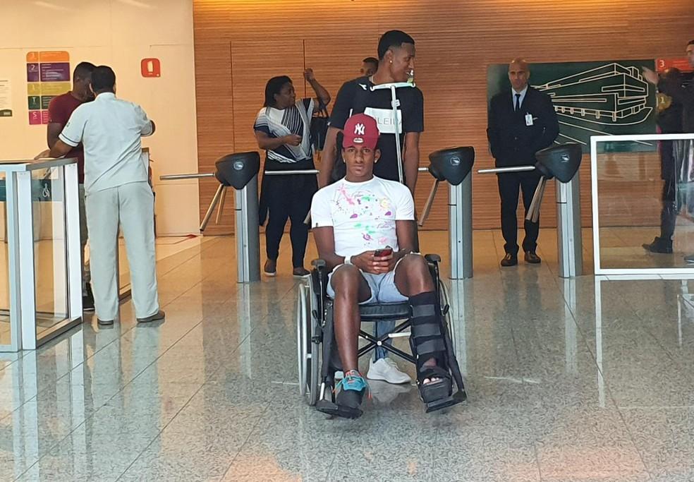 Talles deixa hospital após cirurgia no pé esquerdo em 2020 — Foto: Ronald Lincoln/ge