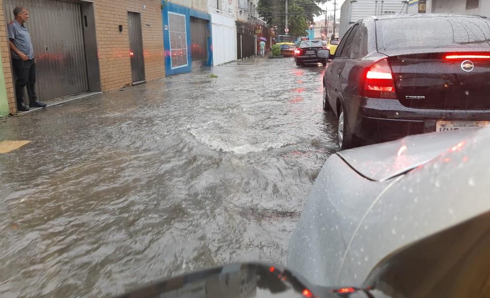 Ponto de alagamento na Rua Carolina Santos, perto da Dias da Cruz, no Méier — Foto: Célio Silva/G1 Rio