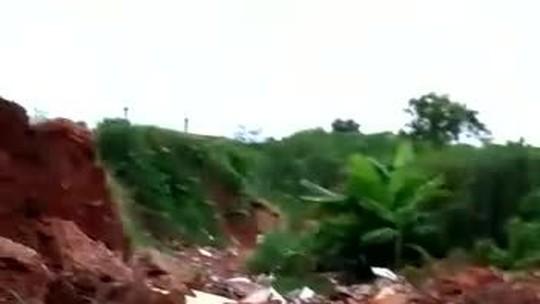 Cratera gigante aberta há quase 1 ano deixa moradores sem policiamento e sem condições de circular em bairro em Rondonópolis (MT)