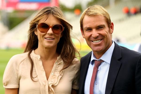 O jogador de críquete Shane Warne e a atriz Eizabeth Hurley (Foto: Getty Images)